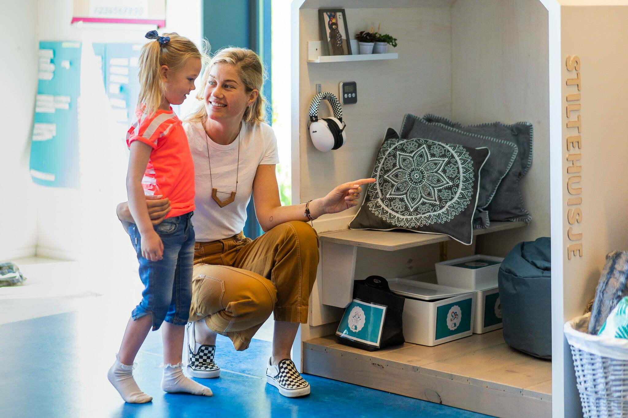 Rustmoment In De Klas Met Stiltehuisje Die Rustplek Geeft Aan Leerling Op Basisschool
